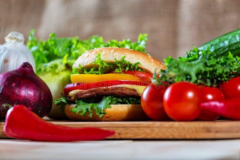 Sluit omhoog van eigengemaakte hamburger stock foto