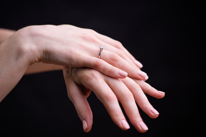 Sluit omhoog van elegante diamantring op de vinger stock foto's