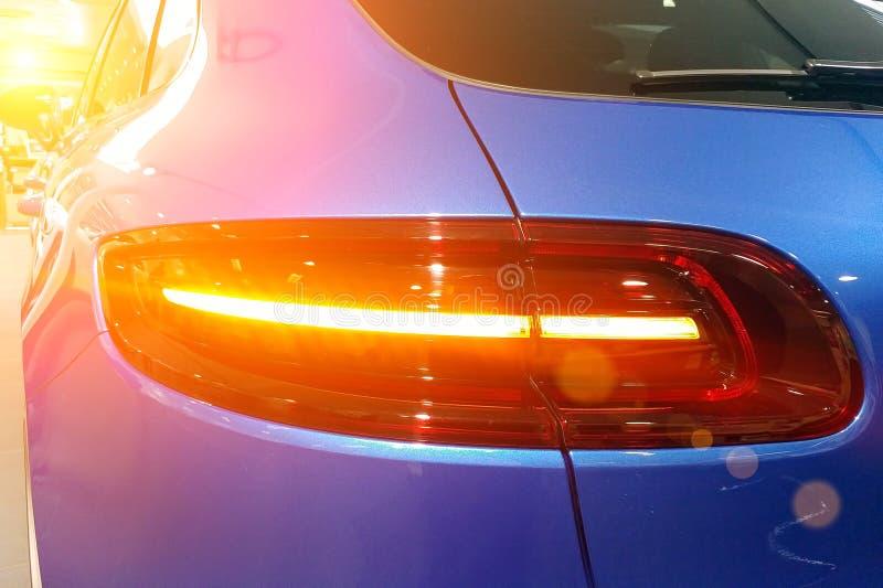 Sluit omhoog van en achterlichten van de de oversteekplaats Achter juiste mening van premie blauwe SUV stock afbeeldingen