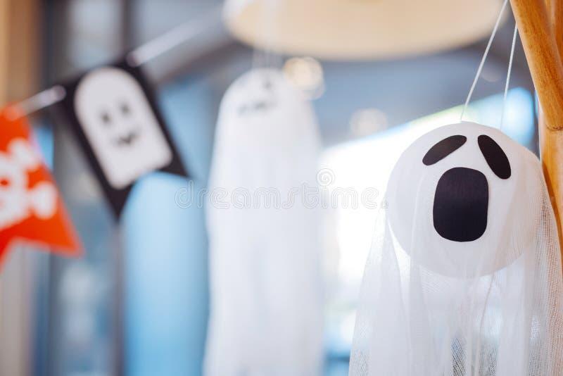 Sluit omhoog van eng wit die spook als Halloween-decoratie voor kinderenpartij wordt gebruikt stock afbeeldingen