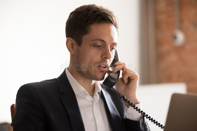 Sluit omhoog van ernstige zakenmanbespreking op telefoon met cliënt stock foto's