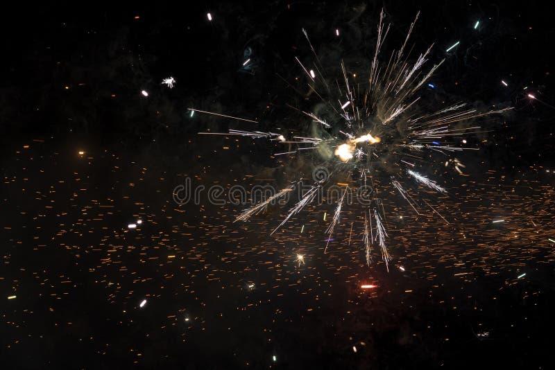 Sluit omhoog van exploderend vuurwerk stock afbeelding