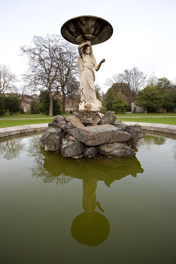 Sluit omhoog van fontein in Iveagh-Tuinen Dublin stock foto's