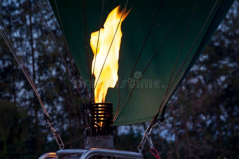 Sluit omhoog van gasvlam van hete luchtballon in de vroege ochtend royalty-vrije stock foto