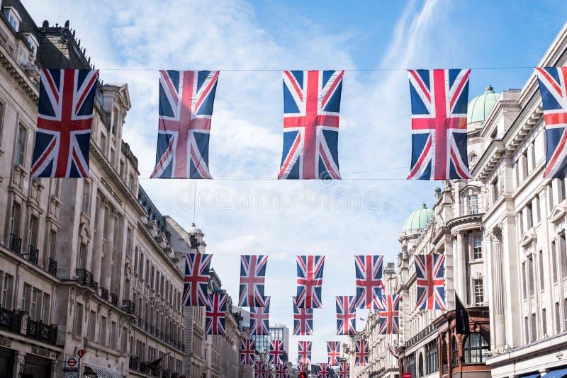 Sluit omhoog van gebouwen op Regent Street London met rij van Britse vlaggen om het huwelijk van Prins Harry aan Meghan Markle te stock afbeeldingen