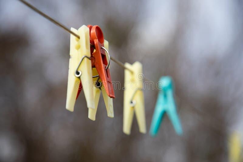 Sluit omhoog van gekleurde wasknijpers vage achtergrond royalty-vrije stock afbeeldingen