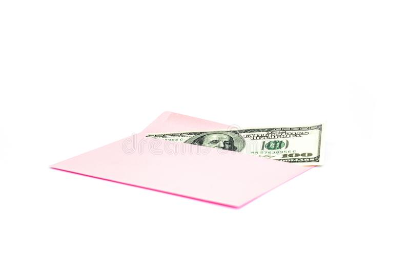Sluit omhoog van geld in roze envelop liggen op de witte achtergrond Het brandmerken spot omhoog; vooraanzicht royalty-vrije stock foto