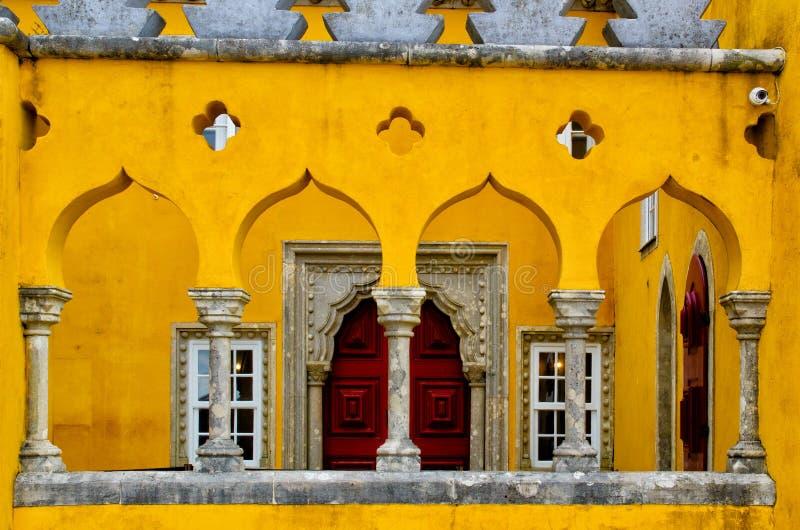 Sluit omhoog van gele muur, vensters in Pena-Paleis Abstracte architectuurachtergrond Beroemd ori?ntatiepunt in Sintra, Portugal royalty-vrije stock afbeelding