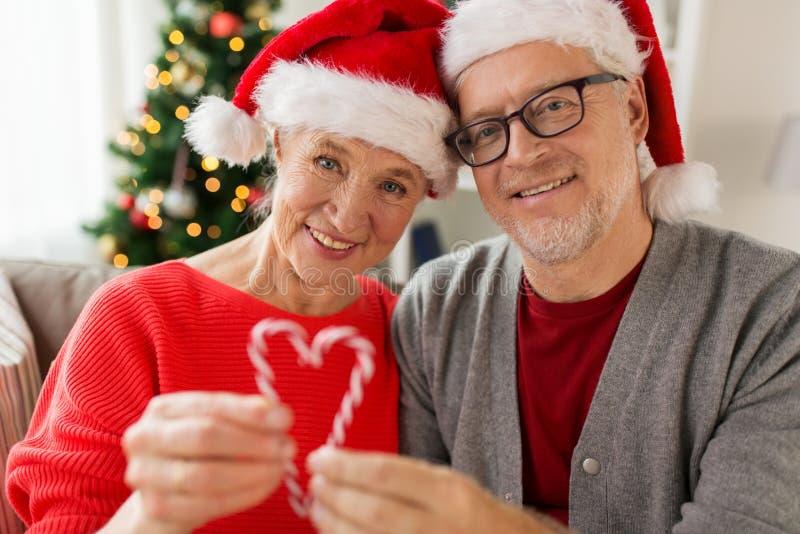 Sluit omhoog van gelukkig hoger paar bij Kerstmis royalty-vrije stock afbeeldingen