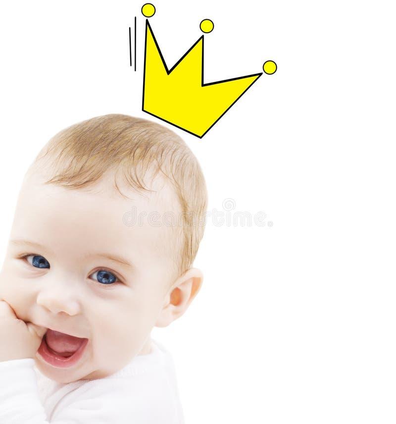 Sluit omhoog van gelukkige glimlachende baby met kroonkrabbel stock afbeelding