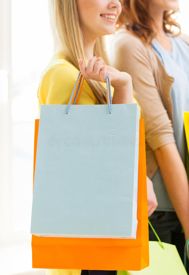 Sluit omhoog van gelukkige tieners met het winkelen zakken royalty-vrije stock foto's