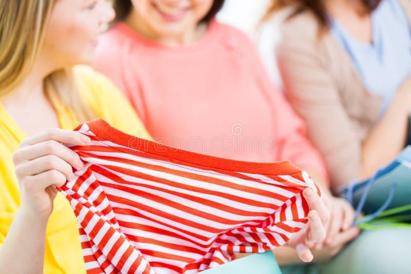 Sluit omhoog van gelukkige tieners met overhemd royalty-vrije stock afbeelding