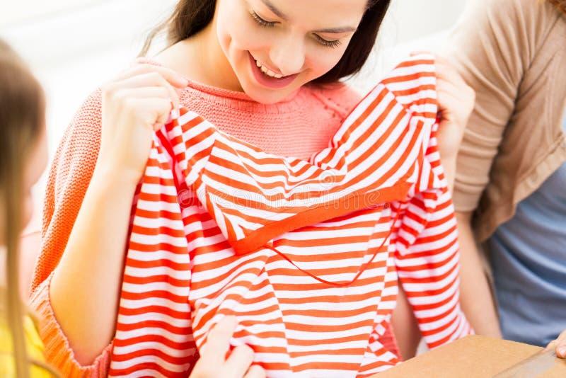 Sluit omhoog van gelukkige tieners met overhemd stock foto's