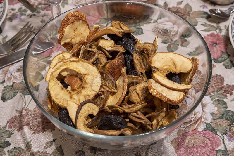 Sluit omhoog van gemengd gedroogd fruit, gedroogde pruimen en gesneden appelen bij de kom op de lijst royalty-vrije stock foto