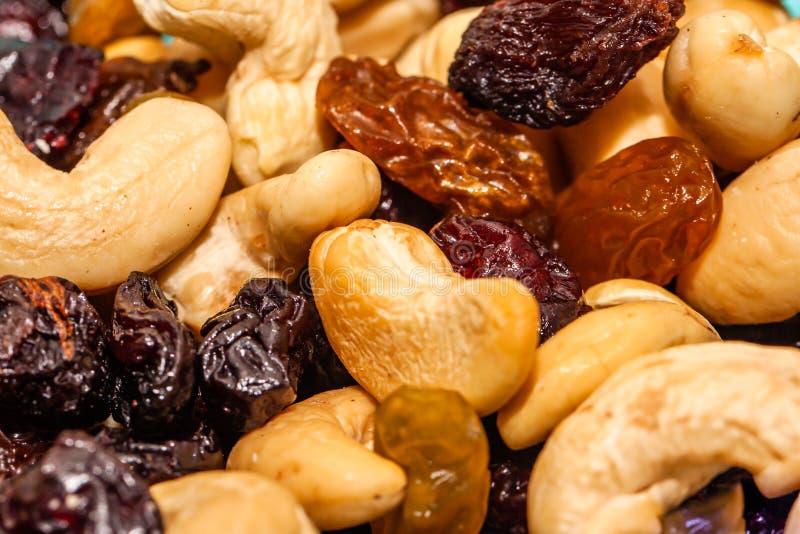 Sluit omhoog van gemengd van noten, droge vruchten en chocolade stock afbeelding