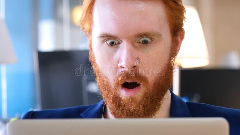 Sluit omhoog van Geschokte, Overweldigde Zakenman Wondering In Office stock afbeeldingen