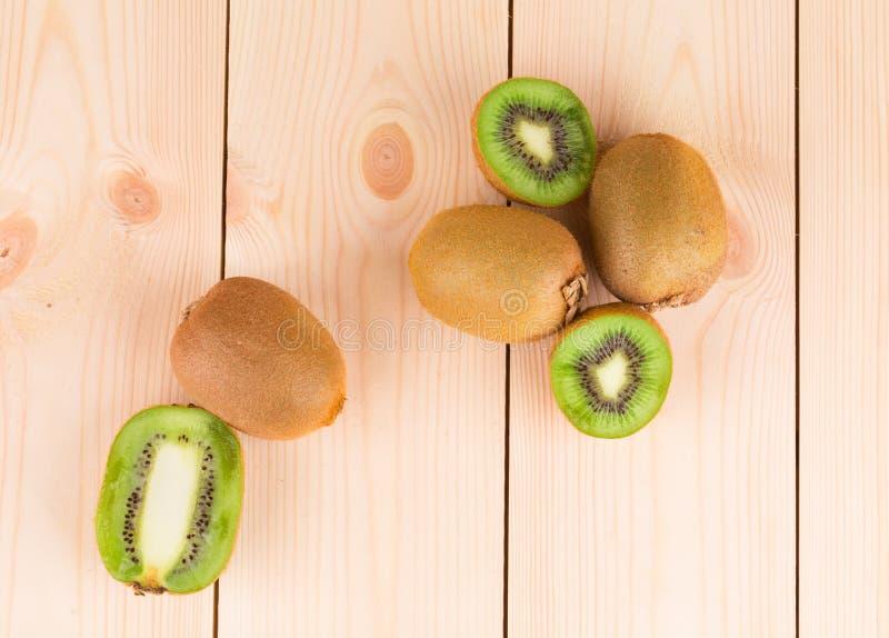 Sluit omhoog van gesneden rijpe kiwivruchten stock afbeeldingen