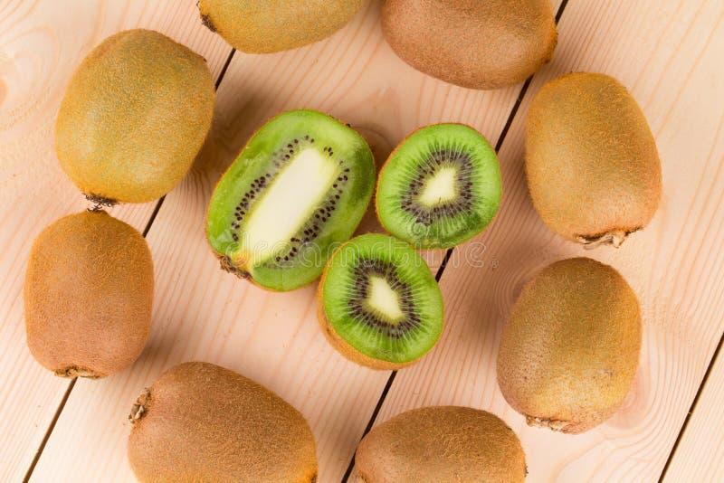 Sluit omhoog van gesneden rijpe kiwivruchten royalty-vrije stock afbeeldingen