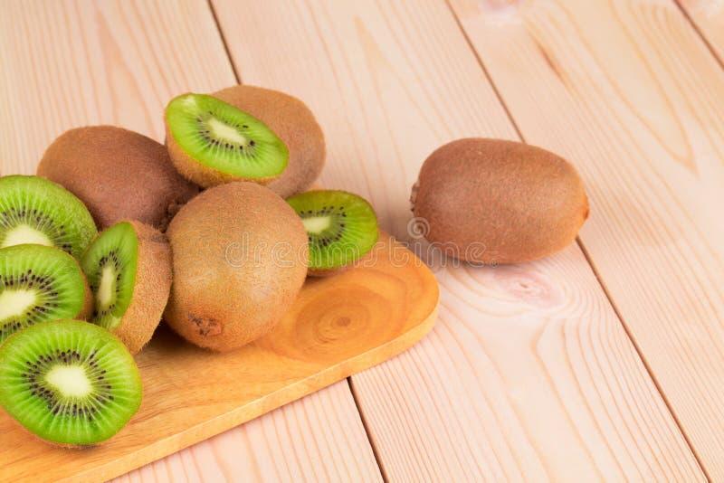 Sluit omhoog van gesneden rijpe kiwivruchten stock fotografie