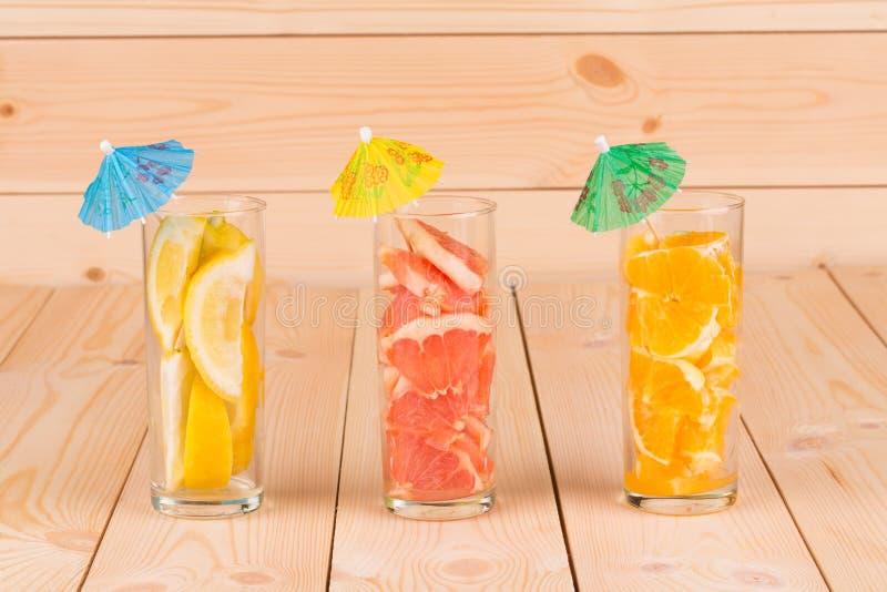 Sluit omhoog van gesneden vruchten in collinsglazen royalty-vrije stock afbeeldingen