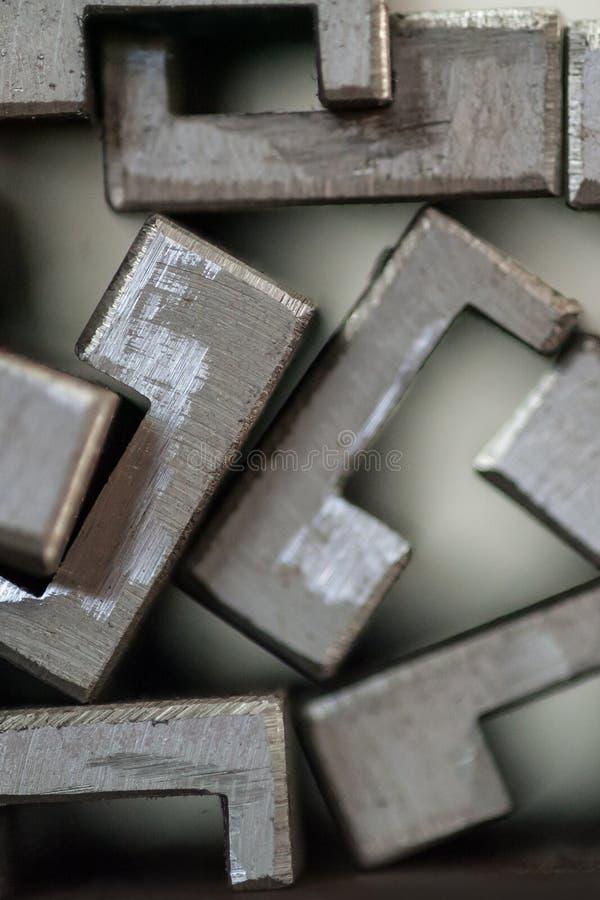 Sluit omhoog van gestapelde metaalplaten stock afbeelding