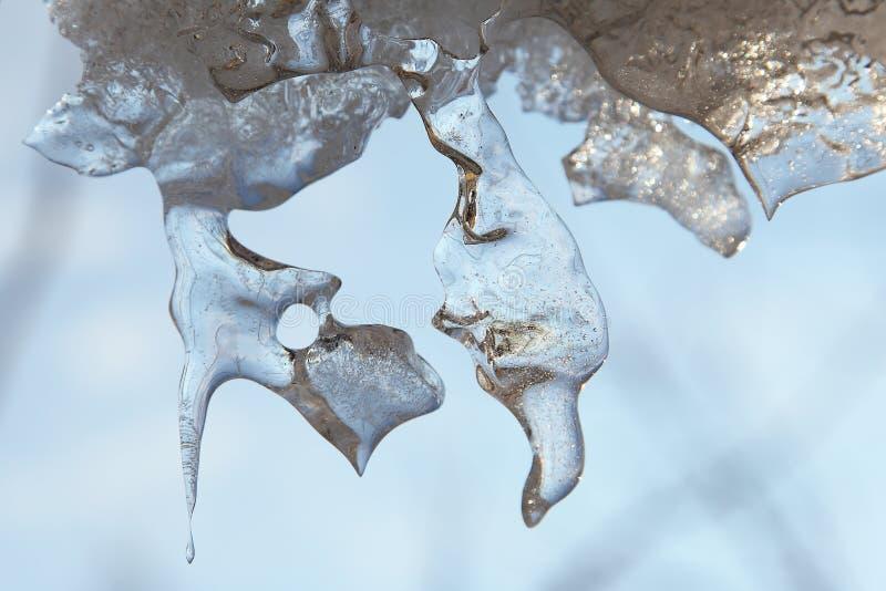 Sluit omhoog van glanzende ijskegel die begint te smelten stock afbeeldingen