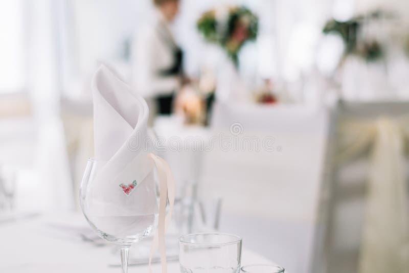 Sluit omhoog van glas en naamkaart Lijst die bij huwelijk plaatsen Kaart voor de naam van de gast bij overeenkomstenpartij royalty-vrije stock foto's