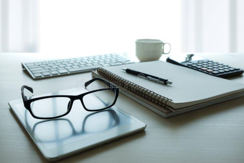 Sluit omhoog van glazen en de plaats computer van het bedrijfswerkplaatswerk royalty-vrije stock afbeeldingen