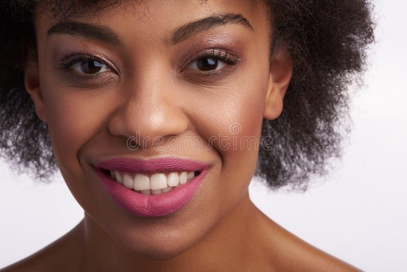 Sluit omhoog van glimlachend jong etnisch wijfje royalty-vrije stock afbeeldingen