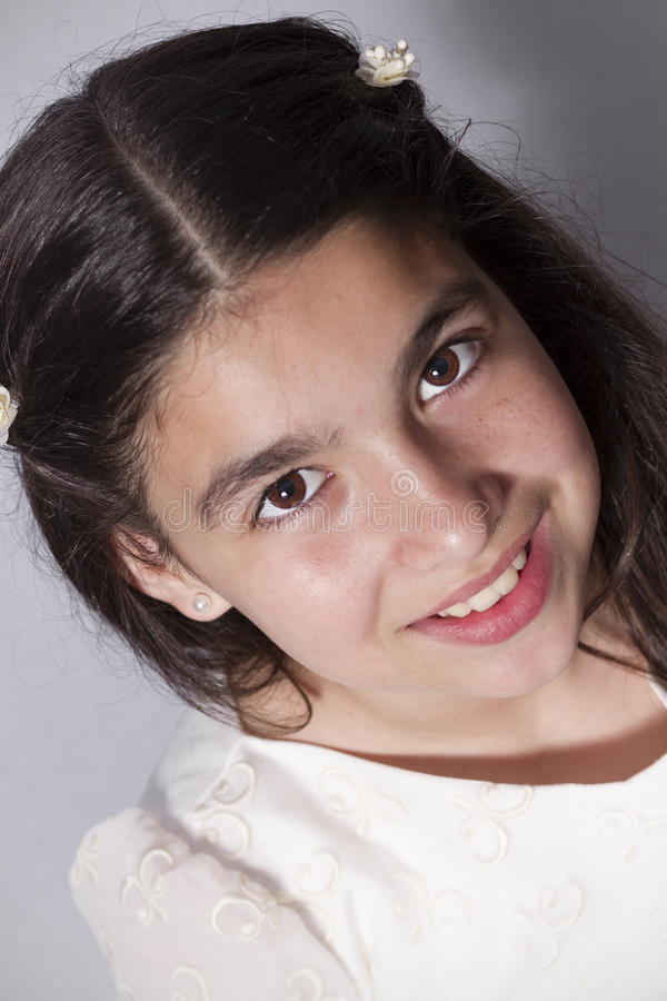 Sluit omhoog van glimlachend meisje met kerkgemeenschapkleding stock foto