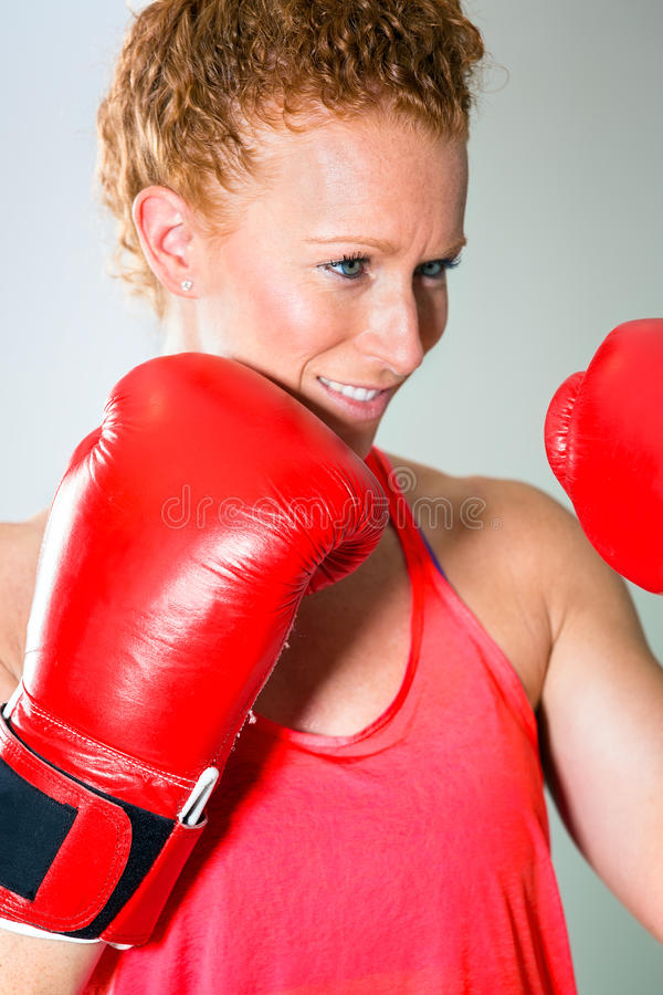 Sluit omhoog van glimlachende vrouwelijke bokser stock afbeelding