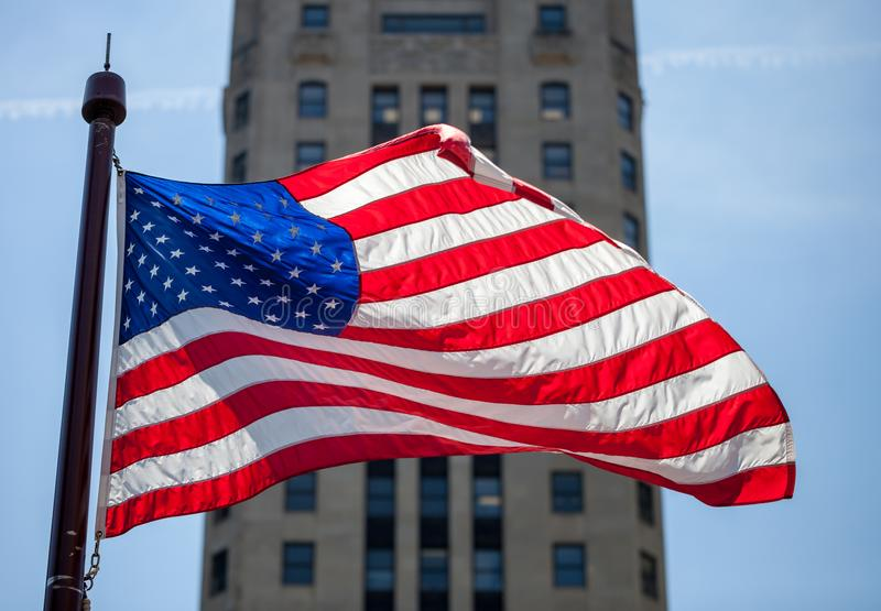 Sluit omhoog van golvende vlag van de Verenigde Staten in Chicago van de binnenstad stock fotografie