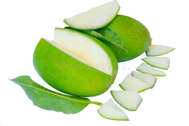 Sluit omhoog van groene mango's en groene die bladeren op een witte achtergrond worden geïsoleerd stock afbeeldingen