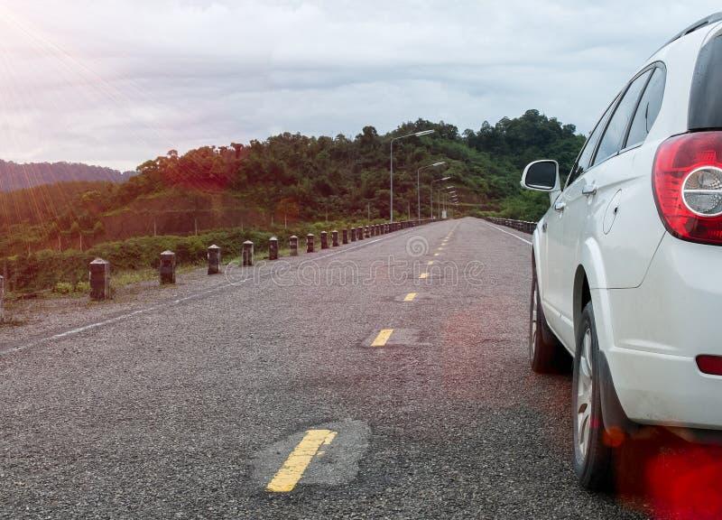 Sluit omhoog van Grote Witte Familieauto van Achtermeningsparkeren op Landelijk Asphalt Road in de kant van het Land van Thailand royalty-vrije stock foto's