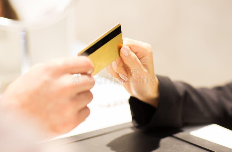 Sluit omhoog van hand die creditcard geven aan verkoper royalty-vrije stock fotografie