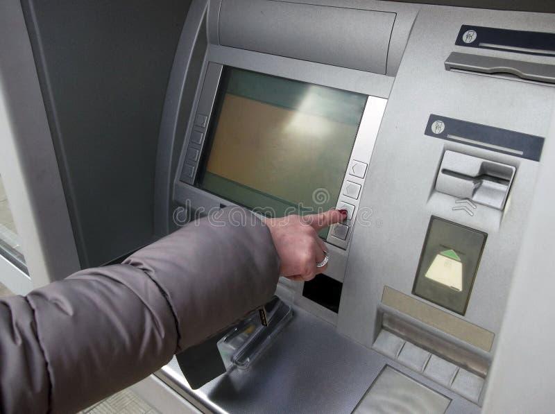 Sluit omhoog van hand die speld ingaan bij ATM Vrouwelijke wapens, ATM die - speld ingaan Vrouw die bankwezenmachine met behulp v royalty-vrije stock foto
