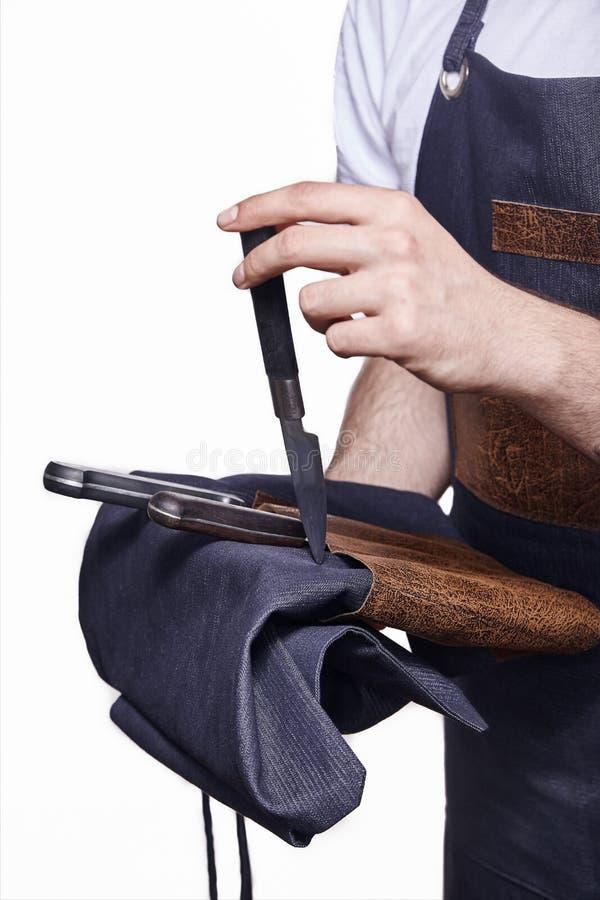 Sluit omhoog van hand gebruikend, houdend kokende messen stock fotografie