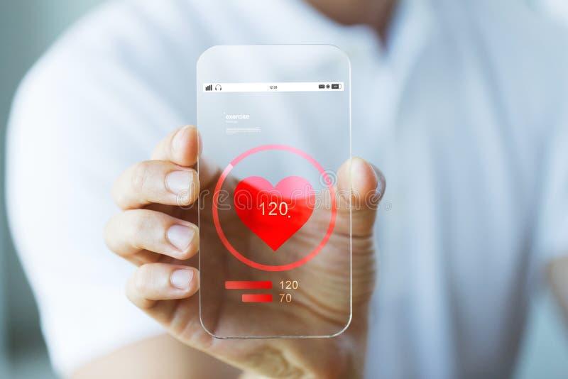 Sluit omhoog van hand met harttarief op smartphone royalty-vrije stock afbeelding