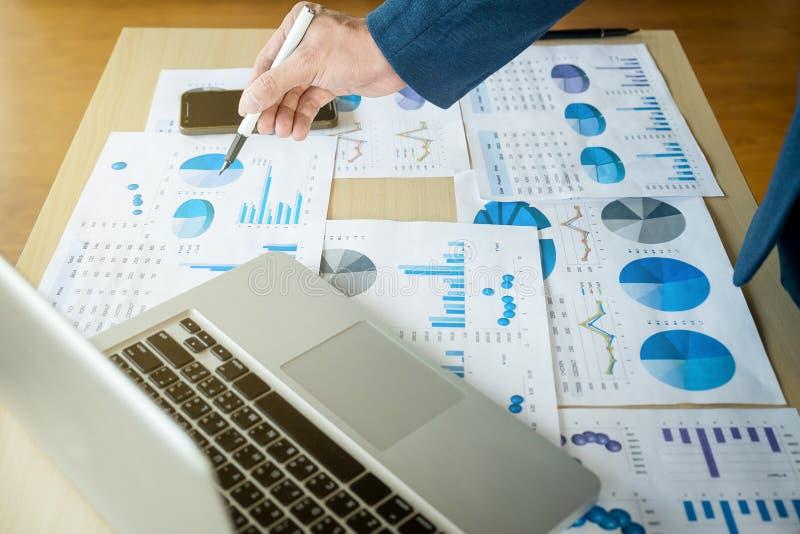 Sluit omhoog van hand van bedrijfsmensen werkdocument en laptop binnen stock foto's