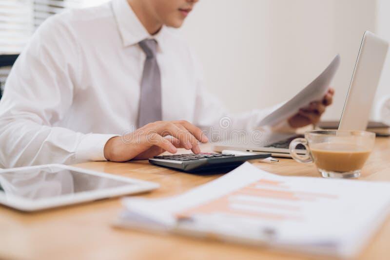 Sluit omhoog van handen van de bedrijfsmens die aan laptop werken Het lege scherm voor grafische vertoningsmontering stock afbeelding