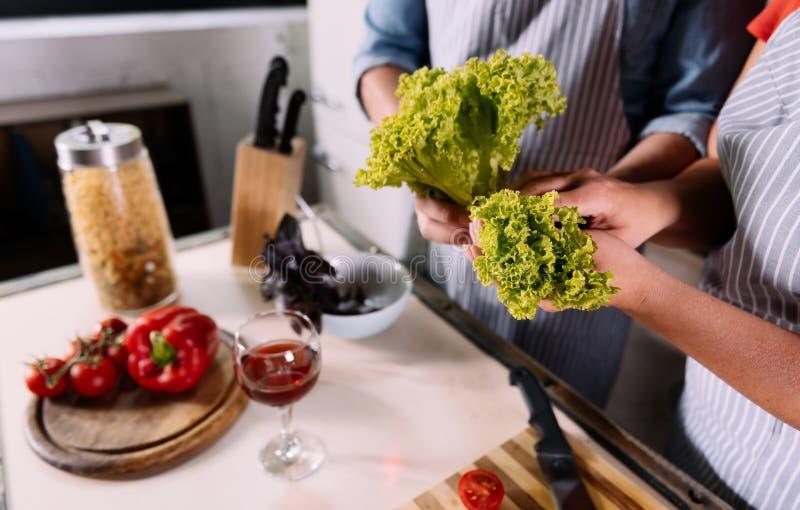 Sluit omhoog van handen houdend salade stock fotografie