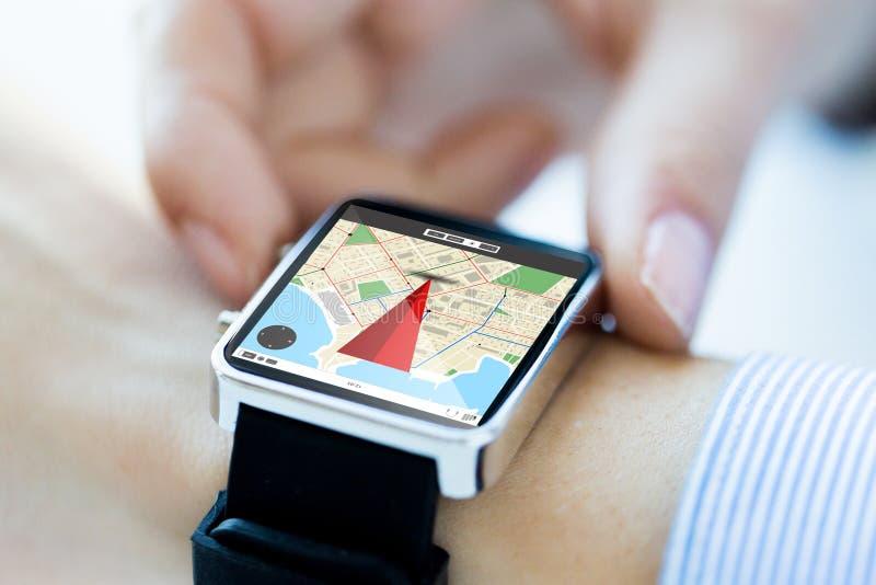 Sluit omhoog van handen met kaart op het smartwatchscherm royalty-vrije stock afbeelding