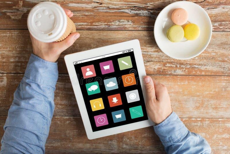 Sluit omhoog van handen met menupictogrammen op tabletpc royalty-vrije stock fotografie