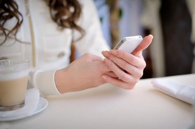 Sluit omhoog van handenvrouw gebruikend celtelefoon stock foto's