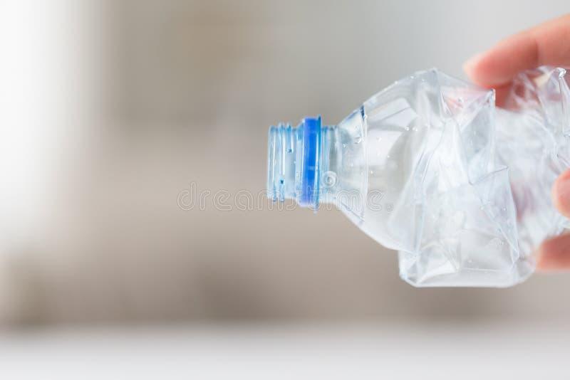 Sluit omhoog van handholding gebruikte plastic fles royalty-vrije stock afbeelding