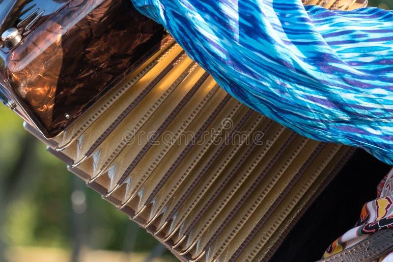 Sluit omhoog van harmonika en van de harmonikaspeler het spelen bij Klezmer-overleg van Joodse muziek in Regent` s Park in Londen stock afbeelding