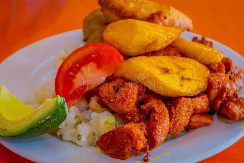 Sluit omhoog van heerlijke hornado, Ecuatoriaans traditioneel typisch Andesdievoedsel met graan, aardappel, zoete weegbree wordt  royalty-vrije stock afbeelding