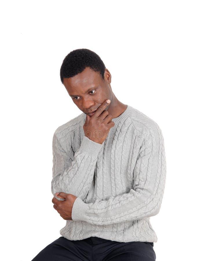 Sluit omhoog van het Afrikaanse mens zitting en denken royalty-vrije stock afbeeldingen
