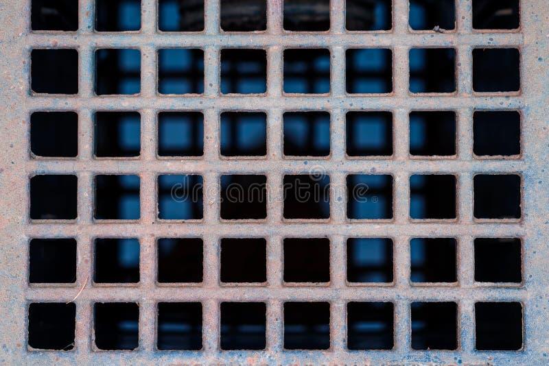 Sluit omhoog van het afvoerkanaal van de metaalrooster op gang stock foto's
