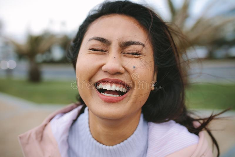 Sluit omhoog van het Aziatische vrouw lachen stock afbeeldingen